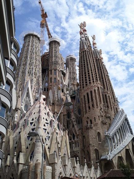 Творения Гауди ежегодно привлекают в Барселону миллионы туристов