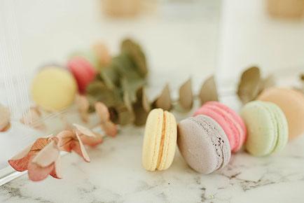 紅茶の入った水色のカップ&ソーサ。チョコチップクッキーが添えられたハート形のお皿。イチゴの花。