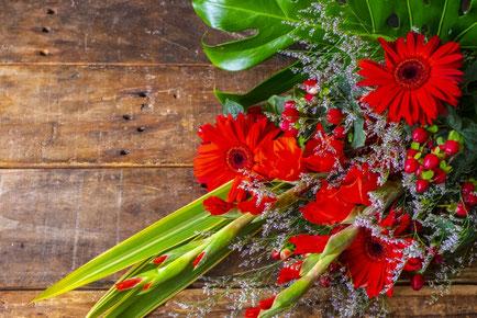 ガラス瓶に活けられたアスパラ、豆苗、パセリ、サラダ菜、セロリ。