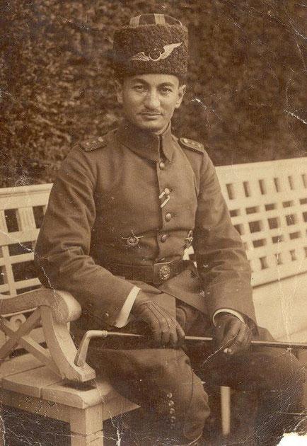 Osmanischer Pilot im Offiziersrang. Band zum EK2, Eiserner Halbmond - rechts das osmanische Fliegerabzeichen. Danke an T.