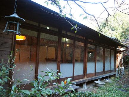 第6回「つなぎ塾トーク」の会場となった「古民家HUG(ハグ)」は妙蓮寺駅前とは思えないほど自然が多く残る