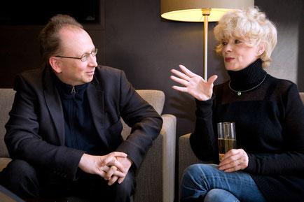 Mathias Rätsch im Gespräch mit Ingrid Steeger. Foto: Leive © Rätsch