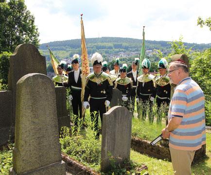 Mehrere Personen in Schützenuniform auf dem Jüdischen Friedhof in Attendorn