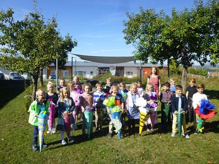 Die Mädchen und Buben der Klasse 1b freuen sich mit ihrer Lehrerin K. Weiß auf das erste Schuljahrufbahn