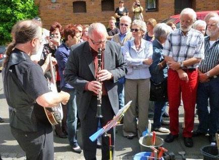 ein kleines Konzert bei der Verlegung in Harleshausen