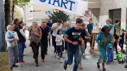 Start/Ziel ist vor der Kirche. Eine Runde ist ca. 400m und geht Rosenackerstraße - Gomperzgasse - zurück zur Kirche. Mit dabei war auch die Projektbetreuerin des Spendenprojektes (rechts vorne).