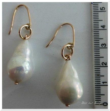 Wie auf vielen Portrait-Bildern des Barocks zu sehen, tropfenförmige Ohrringe aus Salzwasserperlen.   Oft wurden auch aus Kostengründen Perlen aus Glas verwendet.   Rekonstruktion von Dirk Hülsemann