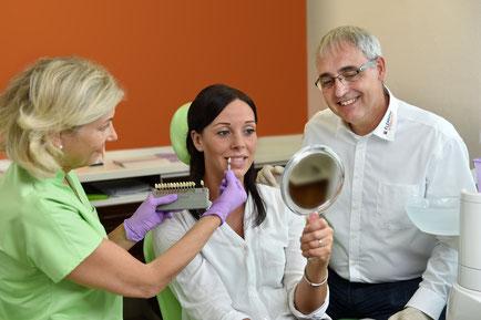 """Bei der sogenannten """"Farbnahme"""" ermitteln Dr. Stefanie Morich-Rademacher  und Ulrich Schütte den Farbwert der vorhandenen Zähne anhand einer Skala,  umso die passende Farbe für den anschließenden Zahnersatz zu gewährleisten."""
