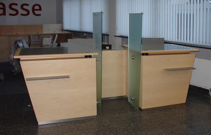 Symmetrische Theke in der Bankfiliale mit Glastrennwänden, Ahorn, Edelstahl, Mattglas, Linoleum Einlagen