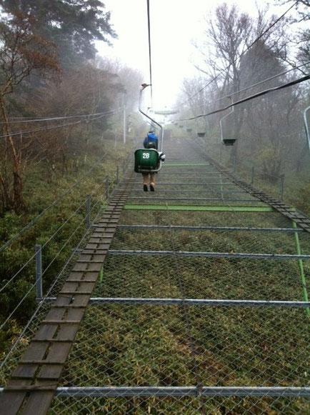 標高西日本第2位の剣山とそのお隣の次郎笈に行って来た。 最初はリフト出発、。 ガスっててかなり寒い。 上は降ってんのかな~???