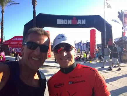 Ralf und Carsten zuversichtlich am Tag vor dem Rennen… Die Atmosphäre am Strand, das Wetter in Port d'Alcudia – perfekt!