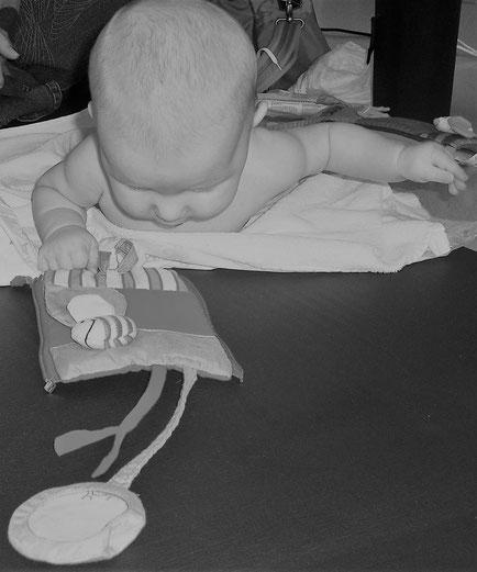 PEKiP-Kurs, Gelsenkirchen. Die Eltern haben die Möglichkeit ihre Kinder in ihrer Ganzheit – bewegen, denken, fühlen, wollen, erkennen – auf spielerische Weise zu fördern. Die Babys machen ihre erste Erfahrungen mit Gleichaltrigen.