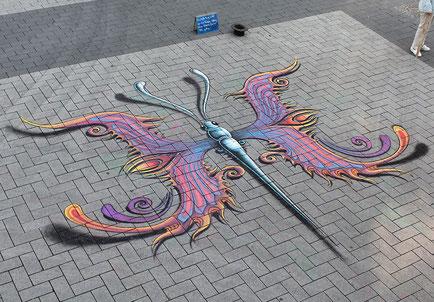 fantastisches Schmetterling Straßenmalerei Motiv in der Fußgängerzone in Bochum