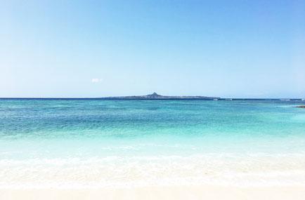 近くには伊江島を望むことができるビーチ