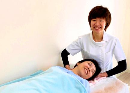 頭痛施術を受ける女性 相模原