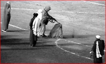 Taleban henretter en kvinde på et stadion i Kabul