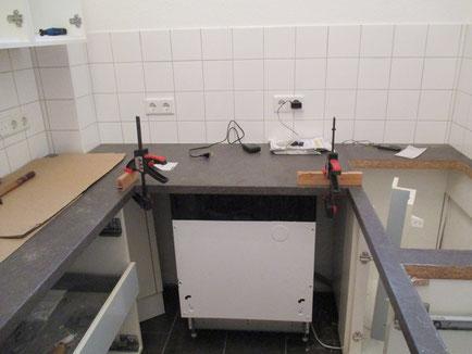 Das Justieren und Verkleben der Küchenarbeitsplatten