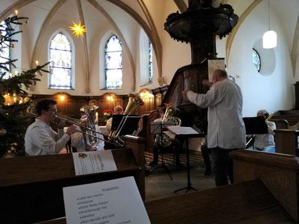 Die Low Brass Connection vom Städtischen Musikverein Erkelenz spielt ein Ständchen zum 80. Geburtstag in der ev. Kirche in Schwanenberg.