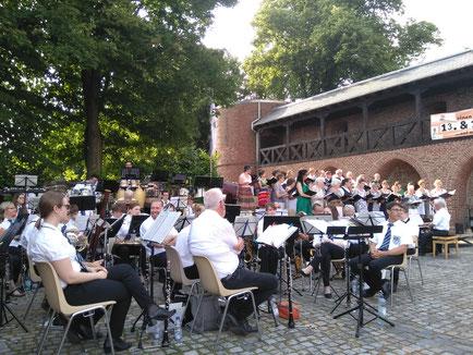 Städtischer Musikverein Erkelenz gemeinsam mit dem Cornelius-Burgh-Chor beim Serenadenkonzert 2019 auf der Burg Erkelenz