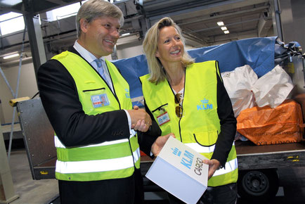 Marcel de Nooijer and Kajsa Ollongreen proudly present the first shipment at the opening ceremony of the innovative sorting system  -  photo: hs