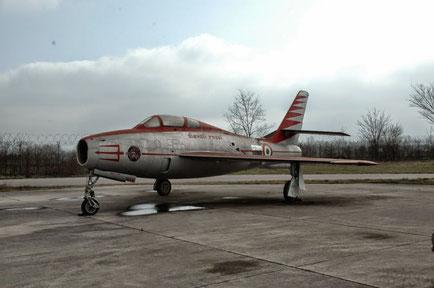 Un F-84F dei Diavoli Rossi, oggi in mostra statica presso la sede delleFrecce Tricolori all'aeroporto di Rivolto (UD).