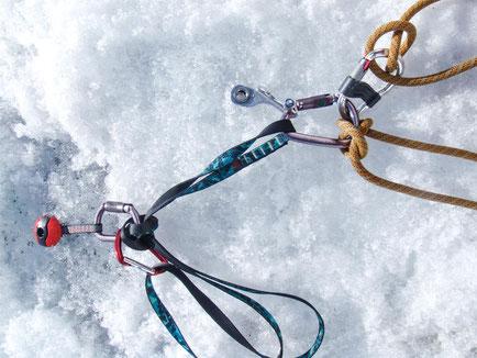 Ein Teil des Materials - Bandschlinge, Karabiner, Eisschrauben und natürlich das Seil