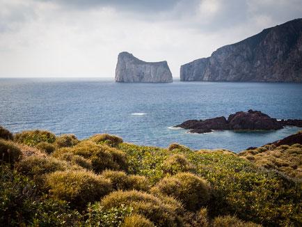 Der Zuckerhut Sardiniens ragt aus dem Meer