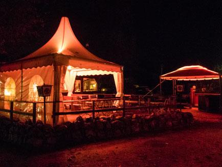 Abends ist der Campingplatz stimmungsvoll beleuchtet.