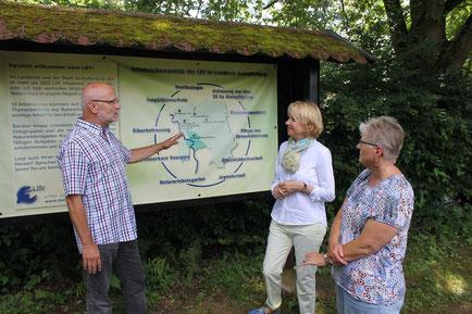 Richard Kalkbrenner erklärt Martina Fehlner die Struktur des LBV im Kreis AB