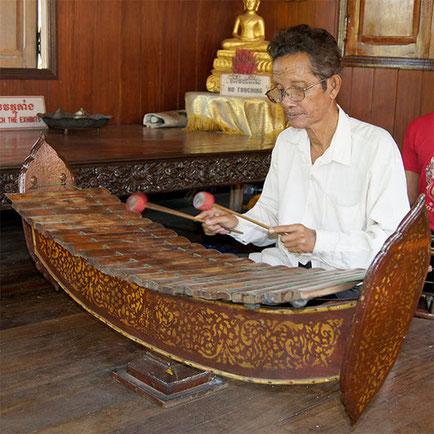 Roneat ek au Palais Royal de Phnom Penh avec décors au pochoir. 2016.