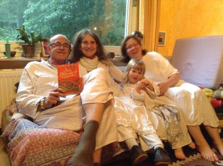 Dwara, Pyari, Lynn e Jenny, preparando-se para a meditação Encontro da Fraternidade do Robe Branco, no 30° aniversário do Osho Mani, setembro de 2017