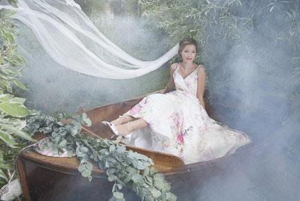 Braut im Brautkleid mit Spitzenoberteil und einem langen Brautschleier