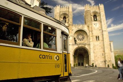 Kathedrale Santa Major in Lissabon mit gelber Straßenbahn davor
