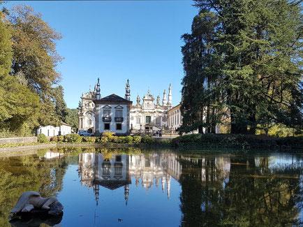 Casa de Mateus mit schöner Gartenanlage und Spiegelung des Hauses im Teich