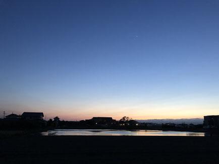 5月、夕焼けの残る出雲平野の空