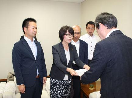 伊藤副市長に申し入れ書を手渡す後藤由美市議
