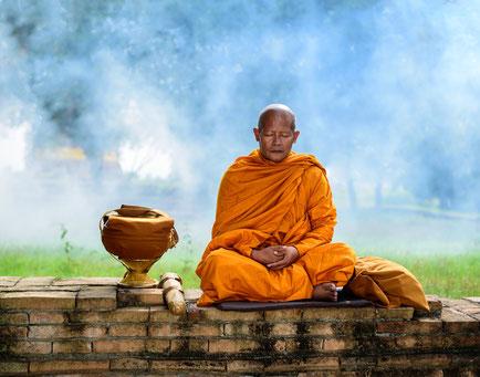 tibetischer, buddhistischer Mönch meditiert