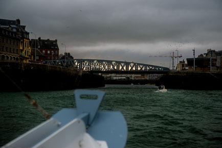 Hafenbrücke in Dieppe bei aufkommender Schlechtwetterfront.