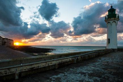 Saint Valery sur Mer, Leuchtturm beim Sonnenuntergang.