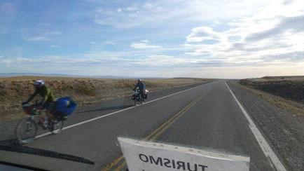 Bild: Radler auf einer einsamen Straße in Patagonien