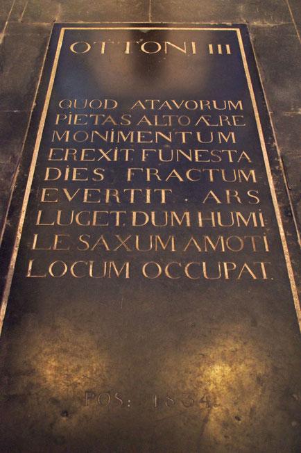 Grabplatte Ottos III. im Aachener Dom.