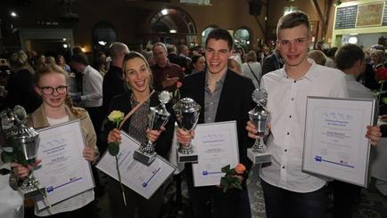 Zweimal Triathlon, zweimal Handball: (von links) die Einzelsieger Jule Brand, Angie Geschke, Jesse Hinrichs und Joost Sanders.