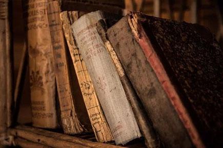 Symbolbild: Alte Bücher in einem Archiv
