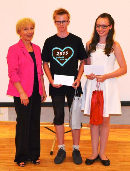 Die Schulbesten Franz Kiefinger und Elisabeth Sippl mit Rektorin Irmhild Philipp  (ram)