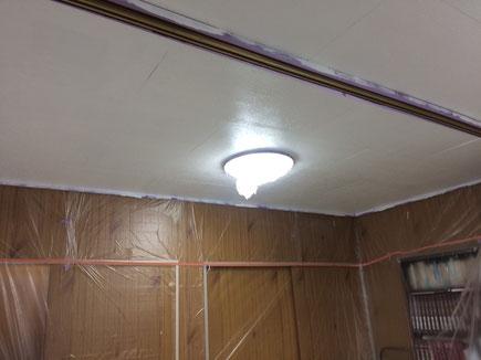 屋内の天井塗り替え