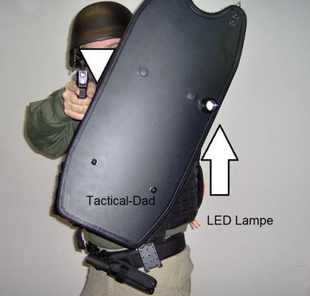 Das ballistische Schild stoppt gängige Kurzwaffen und hat eine LED Lampe eingebaut.