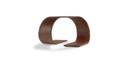Loop. Pie de mesa en madera de Pau Ferro. Edición limitada a 8 piezas. Las sinuosas formas surgen de la idea del transcurso del tiempo como un movimiento constante que imita a la propagación del oleaje.