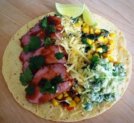 Tortilla met gekruide varkenshaas, romige mais en guacamole.