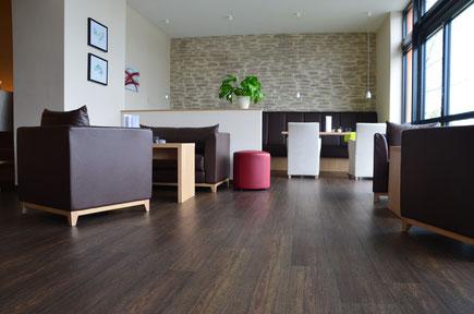 PVC-Plankenbelag mit Holzdekor in der Lounge des Hotels Surendorff