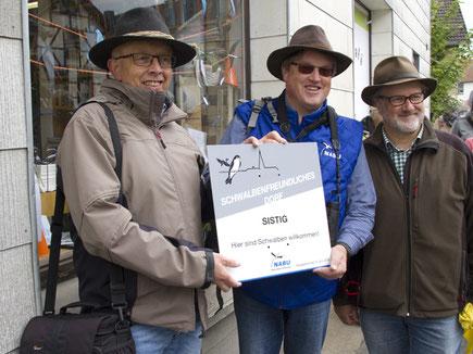 Von links, Karl Vermöhlen, Ortsvorsteher von Sistig, Uwe Wedegärtner, NABU Euskirchen-Forum Ornithologie, Lothar Gerhards, Schwalbenprojektleiter.  Foto: NABU/Günter Lessenich